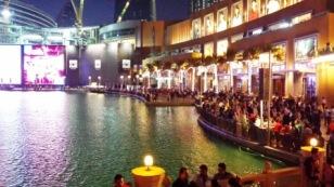 Dubai mall fountain show crowd