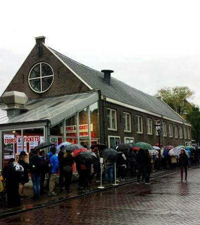 Amsterdam long line in front of Anne Frank museum