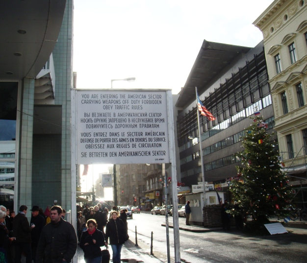 Berlin Checkpoint Charlie (2)