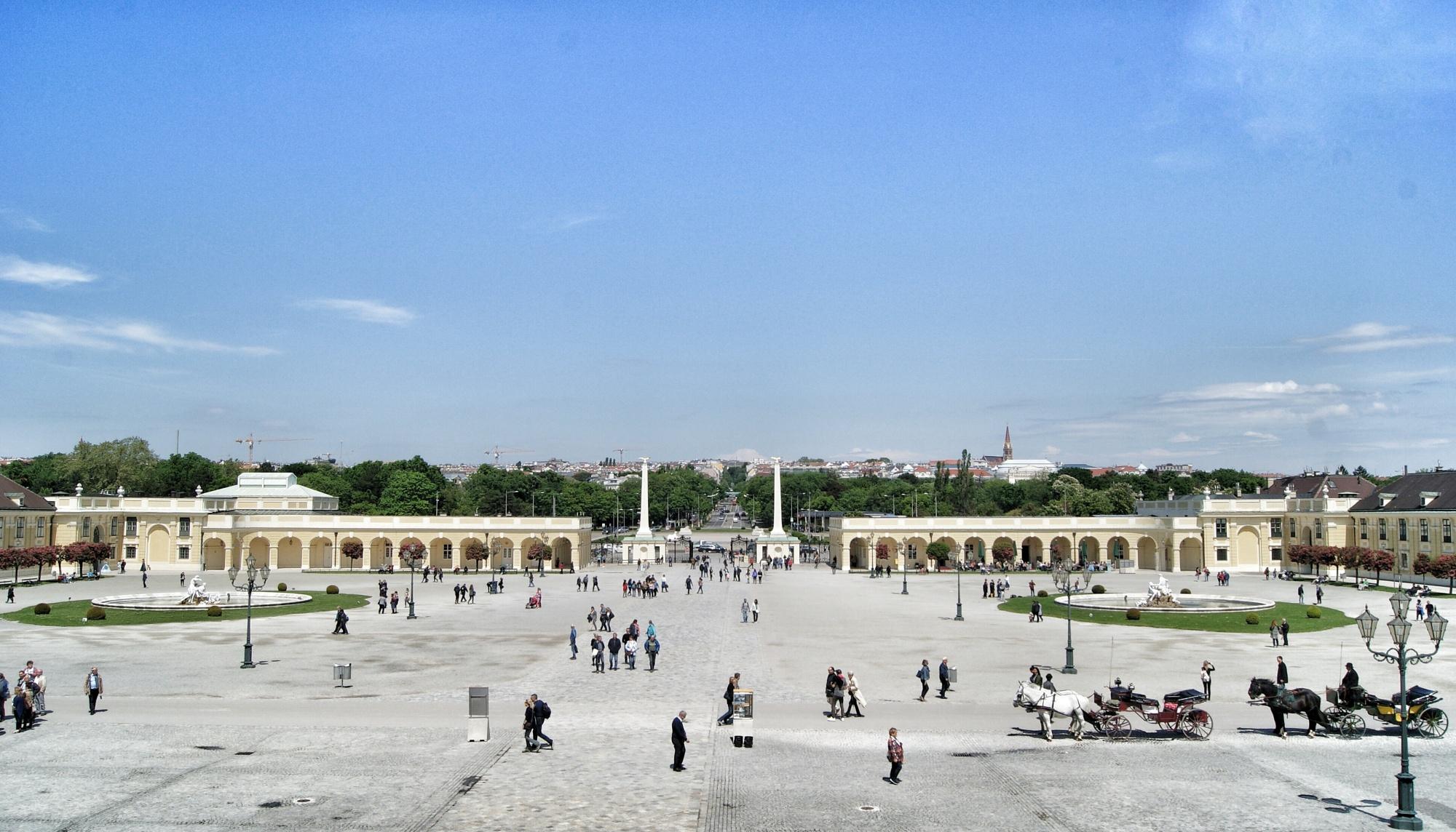 Schloss Schonbrunn front square Vienna
